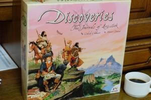 Parmi les jeux rapportés d'Essen, Discoveries n'était certainement pas celui qui me faisait le plus de l'oeil. Non pas qu'il ne me faisait pas envie, mais il ne constituait pas mon premier choix de jeu à découvrir. Et bien, heureusement que Romain en avait lu la règle et nous l'a fait jouer ce soir, ce fut GENIAL !