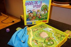 La boîte est vraiment titillante pour les plus jeunes : Leila veut absolument y jouer en premier ! Le plateau de jeu se positionne sur le dessous de la boîte, afin qu'un trou permette d'y placer des objets qui seront piochés dans le sac bleu. Fonctionnel et joli...