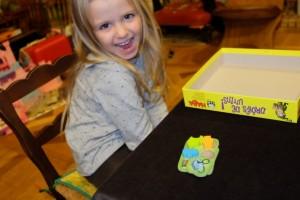 Leila a déjà trois objets tout à fait différents et elle ricane : elle se voit bien gagner (quand elle en aura pris un 4ème)...