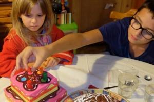 Tristan ayant obtenu une face rouge au dé, il place un morceau rouge sur le gâteau.