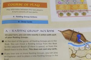 """Les premiers problèmes liés à la règle se posent : nulle part n'est définie la notion de """"action"""". Quand est abordé le terme de """"groupe"""", cela renvoie à un pion. Donc, si chaque groupe peut faire une action à son tour, on peut comprendre qu'il ne pourra avancer que d'une case. Mais si on peut faire une action par groupe, le premier joueur pourra faire débarquer ses 3 pions au premier tour et son adversaire 0 ! Imaginez le retard pris... On tranche dans le vif : une action en tout par tour. On se trompe sûrement mais c'est plus """"jouable""""..."""