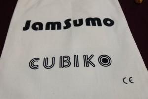 Livré dans un joli sac de toile, JamSumo fournit également deux jeux différents avec le même matériel. La règle suggère de jouer deux fois la première et deux fois la seconde pour constituer une partie entière. C'est ce que nous faisons ce soir...