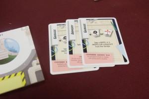 Avant de passer au jour 2, voici mes 3 cartes choisies pour le premier jour, dans l'ordre dans lequel je les ai jouées : garage, puis armurerie, puis garage. Je vais ensuite les empiler, sans en changer l'ordre du tout, et elles devront être rejouées telles quelles au jour 2 (en y ajoutant, quand bon me semblera, 3 nouvelles cartes).