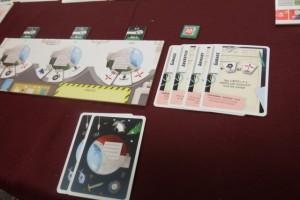 Nous sommes dans le troisième jour et je fais le choix de jouer en priorité les cartes de ma main, afin de passer rapidement ma carte de magasin qui se trouve en 5ème position (sinon, je risque fort de me ramasser une faille !). Et puis, disons-le, j'aurai le choix dans les autres cartes nouvelles ensuite, afin d'être sûr de pouvoir les jouer...