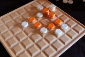 Oh le joli coup ! C'est à Tristan de jouer et il ne peut pas m'empêcher de jouer mon prochain pion sur l'une des deux cases qui me permettront de créer ma précieuse troisième pile alignée... Les trouverez-vous ?