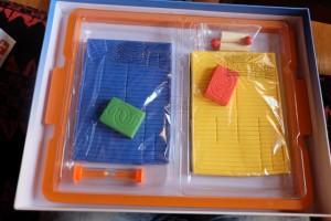 Le contenu est très bien empaqueté et plutôt long à préparer : les éléments bleus et jaunes, qui permettront de construire les deux labyrinthes, sont encore tous assemblés dans leur structure de mousse respective. D'ailleurs, les défaire ne sera pas une mince affaire si l'on ne veut pas décoller les parties aimantées de la zone de mousse. Ensuite, le jeu en lui-même, c'est que du bonheur !