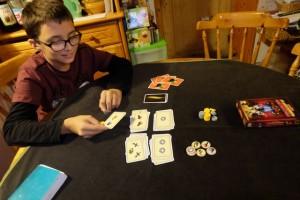 Plus les cartes d'orcs sortent, plus on doit faire attention à savoir s'arrêter de piocher. Ici, Tristan rajoute une carte avec deux symboles alors que 4 cartes orcs sont déjà sorties...
