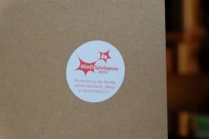 Ce logo, collé sur la boîte de jeu, signifie que Mixtour reçut en 2013 le MindSpielepreis, ce qui correspond à un prix allemand récompensant les jeux les plus complexes ou ceux qui sont censés le plus plaire à un public de joueurs avec un gros QI ! Le lien officiel : https://spielepreis.mensa.de/ et un article sur TricTrac qui en parlait pour les sélectionnés de 2015 : http://www.trictrac.net/actus/mind-spielepreis-2015-un-francais-selectionne-pour-les-jeux-de-l-intelligence ...