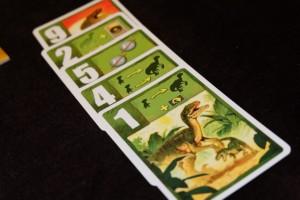 """Ma carte 1, qui est aussi une carte """"Appel de la mère"""", va me permettre de remélanger mon deck et, du coup, d'espérer récupérer mes plus grosses cartes afin de bénéficier de précieux points d'actions pour faire sortir deux autres bébés raptors..."""