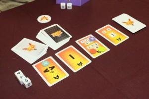 Voici la situation en fin de première manche... Les trois dés placés à côté des cartes peuvent, quant à eux, être utilisés au sein d'une de ses combinaisons.