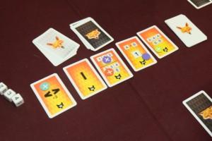 Heureusement, sur les cartes étalées, j'ai réussi ma combinaison de Full... A noter qu'on ne peut marquer, par partie, qu'une fois les points d'une combinaison. C'est pour ça, notamment, qu'une nouvelle carte est ajoutée en début de chacune des 8 manches que comporte la partie...