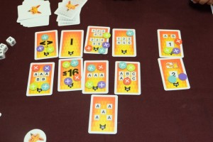 Et voici la vue finale, avec l'ensemble des jetons indiquant les points marqués : les Tristan marquent 7 fois sur 8, Valérie 6 fois, Yannick 6 fois aussi, et moi-même 7 fois. La valeur des combinaisons et les cartes renard auront leur importance...