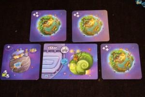 Et voici mes cartes, au nombre de quatre, avec quand même trois cartes de valeur 3, hein, ne rigolons pas quand même...