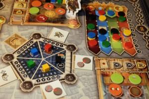 La meilleure idée du jeu : le décompte royal au centre. Le joueur en tête sur l'échelle des nains, Yohel, a choisi d'empocher 5PV + une augmentation de 1 cran sur chaque peuple, puis j'ai choisi un décompte sur le nombre de sorts lancés, puis Tristan (car même s'il est à égalité avec Lila sur les nains et les orcs, il est devant sur les humains) a choisi les faveurs royales, avant que Lila prenne les sous et Lunah se rabatte sur le nombre de cubes posés... Ensuite, on décomptera les échelles de peuples et ce sera terminé.