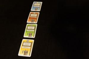 Le jeu s'apparente aux Cités Perdues d'Herr Knizia, mais en probablement plus malin et agréable (en tout cas à mes yeux). Ici, on doit transporter des passagers de 4 couleurs différentes, lesquels s'agglutinent sous forme d'une ligne par couleur. Dès qu'il y en a 4 sur une même ligne, on décompte les lignes de cette couleur présentes devant les joueurs (en colonnes).