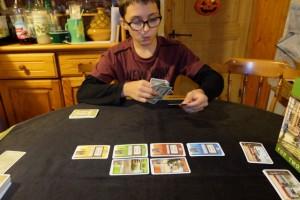 """Tristan a l'air de rapidement apprécier ce jeu, tout simple dans ses règles mais semblant offrir pas mal de variétés stratégiques : combien de cartes de passagers placer ? et dans quelle couleur (car si on joue ses cartes là, on ne peut pas les mettre devant soi) ? faut-il acheter des trains rapidement même s'ils rapportent moins ? quels """"trous"""" peut-on accepter dans ses séries de gares ? ... Et j'en passe ! Forcément..."""
