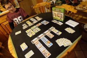 La partie se poursuit jusqu'à ce que 10 décomptes (hormis les bonus) aient été faits. Un gros bloc de scores, visible à droite de la photo, est fourni dans la boîte.