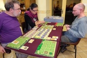 Voici donc notre belle tablée du soir, avec François (Sanjuro) qui utilise les éléments blancs, Odile les violets, Yannick les rouges et moi-même les verts. Et on fait tout tenir sur une seule table !