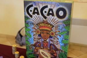 Cacao est un petit jeu de tuiles à la Carcassonne, en plus simple encore ! Il semble se jouer très rapidement et s'avère très plaisant. Un bon p'tit jeu à défaut d'être très profond...
