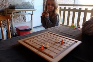 Leila est -TRES- intéressée par le jeu, mais, bien sûr, elle est encore un peu jeune... A noter les barrières un tantinet enfermantes pour Julie...