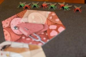 Le quatre mouches rouges de Leila et mes quatre vertes attendent sagement que la ruée vers la crotte démarre... Pour ce faire, le joueur actif tire une tuile et en applique l'effet. La partie s'achève quand un joueur a réuni ses quatre mouches sur la case finale du parcours : la bouse évidemment ! ;-)