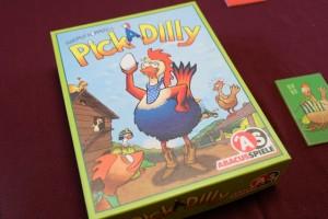Oh le bel oeuf que tient ce coq entouré  de toutes ses poulettes ! Voilà un jeu qui devrait plaire à Leila...