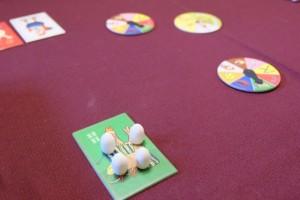 A ce moment du jeu, j'ai pondu 4 oeufs en tout, sachant qu'il en faut 12 pour gagner la partie. Sur les disques visibles sur la photo, on peut voir que deux personnes ont nourri ma poule verte, donc j'ai pondu deux oeufs...