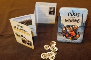 Le look de la boîte donne envie de découvrir ce petit jeu Cocktail Games, surtout qu'il a l'air d'être bien ancré dans son thème (petit livret d'accompagnement à gauche)...
