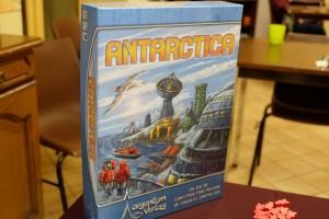 Antartica se déroule sur la banquise avec un groupe d'explorateurs par joueur lesquels vont tenter de construire des bâtiments de recherche de différents types dans des zones différentes (un seul de chaque type par zone)...