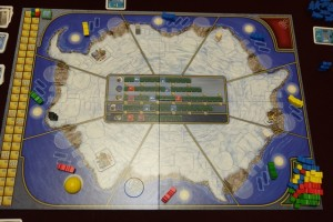 Le plateau représente le pôle sud, divisé en 8 zones, chacune d'elles pouvant accueillir des bâtiments de recherche, trois embarcations (bateaux aux couleurs des joueurs) et des scientifiques (meeples). Au centre figurent 5 pistes de de progrès sur lesquelles chacun essaie de terminer premier car c'est vraiment la seule position qui compte (on y reviendra)...