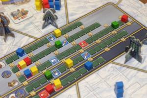 Et voilà comment je me fais bananer par Yannick sur la piste du milieu : il me double grâce à une carte +3 qu'il avait gagné précédemment grâce à un bateau qu'un autre joueur que lui avait construit (sorte de dédommagement). Il n'est donc plus rattrapable et va scorer nettement plus que moi, qui ne sert qu'à lui rapporter un max de points... Pour le moment, il marque 15 PV contre 7 pour moi... :-(
