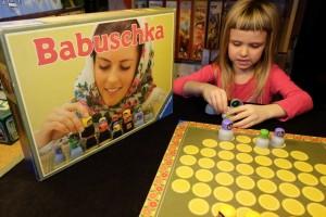 La boîte, déjà, elle donne ! Non ? Et le plateau ? Que dire... Par contre l'empilement / dépilement des poupées russes, orchestré par Leila / Babuschka est vraiment sympathique.