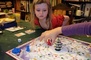 Le but du jeu est d'aider le Père Noël, capturé par le vilain Krampus, à terminer sa distribution de cadeaux en déposant les 9 qui nous sont confiés dans les maisons à notre couleur.