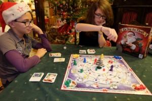 Le jeu est plaisant, simple à appréhender, mais un poil pénible aussi quand on est contraint, en raison de la carte piochée, de retirer un cadeau adverse d'une maison : ça ralentit énormément le dénouement de la partie...