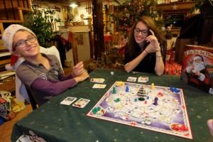 Les deux grands enfants de la maisonnée s'en donnent à cœur joie : ça fait plaisir qu'ils apprécient encore autant ce jeu apporté voici quelques années par le Père Noël himself... :-)