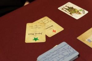 """Ayant la fameuse carte """"Joyeux Noël"""", quasiment d'actualité, je la lui offre pour qu'il élimine sa carte """"Mutisme"""" et qu'il puisse prononcer les discours à venir, Quentin ayant joué la carte qui le place en chef de mission jusqu'à nouvel ordre..."""