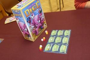 OctoDice, basé sur l'univers d'Aquasphere, est un jeu de dés avec des combinaisons à réaliser pour marquer un maximum de points de victoire, sachant que les manières de scorer sont pour le moins alambiquées...