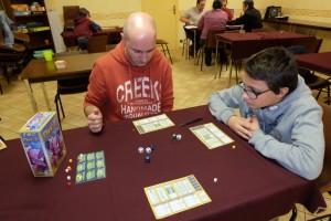 On essaie le jeu à 3 joueurs, Yannick, Tristan et moi. Une partie dure 6 tours, lors de chacun desquels le joueur actif lance les 6 dés,en conserve 2 et relance les 4 autres, en conserve 2 de plus et relance les 2 derniers. Puis il les place par paires de 2 pour réaliser 2 actions (ne faisant rien avec la 3ème paire). Les autres joueurs peuvent copier deux actions adverses tous les deux tours (ça, c'est sympa).