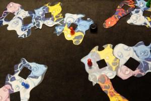 Petit exemple d'attaque de mon idée verte en utilisant le dé noir contre les idées rouges de François : le dé a atteint un endroit intéressant, il me reste à bien évaluer comment placer le neurone carré (taille 2) afin qu'il soit connecté à mon idée précédente et, si possible, aux deux idées de François...