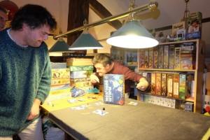 Autre particularité intéressante du jeu, c'est le droit de placer la boîte de jeu où l'on veut sur le cerveau (sans chevaucher quoi ce soit et sans dépasser) afin d'aider à réussir ses jets de dés.