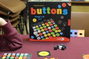 A la manière d'un Quirkle, on se demande si Buttons est un jeu de 2015 ! :-)