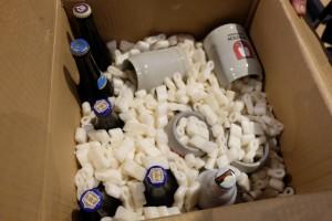 Jouer à un jeu où on produit de la bière d'abbaye sans en voir la couleur, ce n'était pas possible ! Du coup, je suis venu avec un carton, bien protégé certes, renfermant moult saveurs qui seront fort appréciées ce soir : Chimay bleue, forcément, Trappe quadruple, Gulden Draak, sans oublier une très sympathique St Bernardus 12 ! ;-) Et, oui, il y a même les chopes qui vont bien !!! On ne se refuse rien décidément...