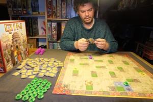 Thibault, qui découvre le jeu, utilise les pagodes violettes tandis que je joue, évidemment, les vertes. La partie est fluide et rapide.