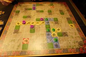 Vue générale de la situation alors que Thibault a une petite avance grâce à son royaume de 5 cases (et donc ses deux pagodes empilées dessus). Après, cela ne veut rien dire car, je le sais bien, le plus important, à deux joueurs surtout, est de savoir attaquer son adversaire pour provoquer un véritable écart avec lui...