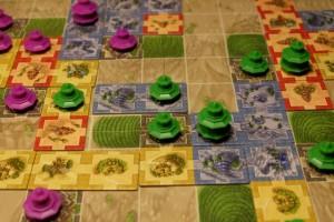 La bagarre au centre m'est favorable : je chipe le village central à Thibault en plaçant une tuile bleue-bleue qui porte mon total à 3 pagodes contre ce village, contre 2 à Thibault. Ensuite, je vais de voir me méfier pour qu'il ne connecte pas mes deux royaumes bleus...