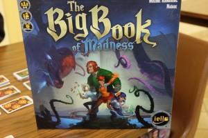 """Pourquoi """"Le grand livre de la folie"""" n'est-il pas un livre lui-même (en tout cas son format) ? En tout cas, on va avoir affaire à un jeu complètement immersif et qui obligera à bien s'organiser..."""