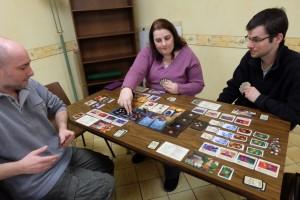 Nous jouons à ce jeu à 4 joueurs et on ne sait pas du tout comment faire, dès l'entame, pour détruire la première malédiction et éviter, ainsi, de se la prendre !