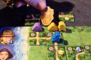 Et hop ! J'empoche la tuile de valeur 5PV du temple jaune puisque mon aventurier y est arrivé en premier.
