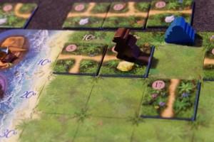 En ayant rapidement placé les tuiles du haut contre l'explorateur marron, j'ai pu le faire avancer jusqu'à une pépite dorée, lorsqu'une tuile peu intéressante (chemin vertical) est sortie...