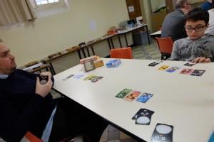 Le système de jeu est fluide, sympa, interactif et pas prise de tête. A chacun des 8 tours, que comporte la partie, chaque joueur donne une carte à sa voisin de gauche et une à son voisin de droite (on en donne deux et on en récupère deux). Auparavant, on a augmenté sa main de deux cartes. Puis, on joue une carte face cachée, laquelle sera révélées simultanément. Enfin, on l'ajoute à la famille de la même couleur devant soi. Il y a quelques effets (pour les cartes 1, 2 et 3), mais c'est tout, on ne nage pas en plein chaos bourré d'effets ! Ca, j'aime...
